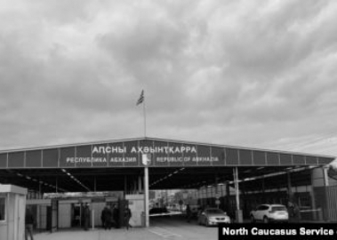 Открыть нельзя оттягивать: запятая в вопросе абхазо-российской границы